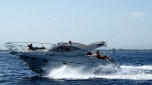 Typisches Motorboot das mit einem Bootsführerschein geführt werden kann.